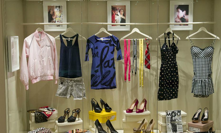 Algumas roupas, calçado e acessórios da cantora. O seu estilo era peculiar e marcava pela diferença.