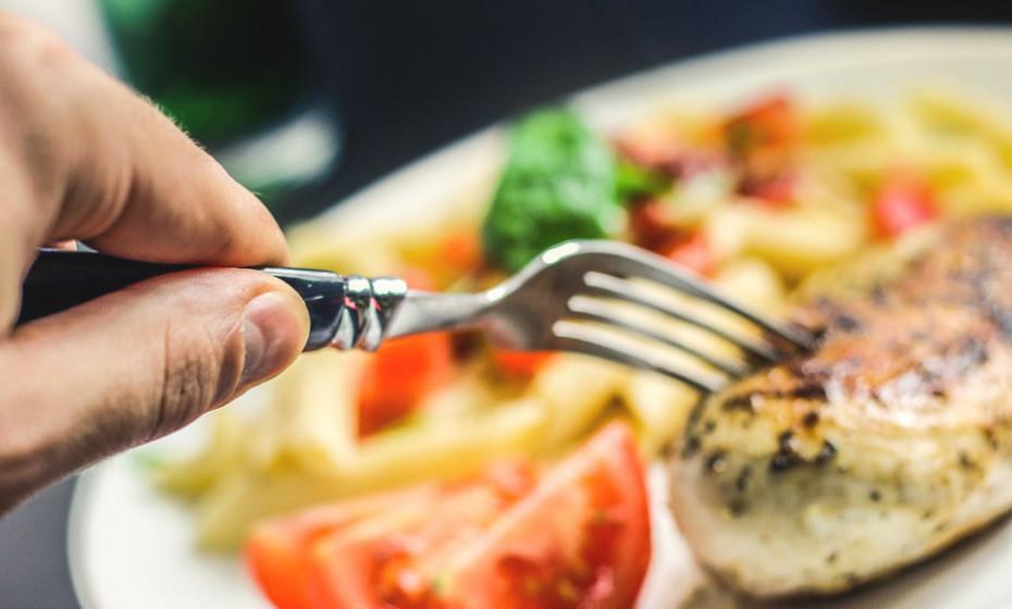 A proteína aumenta a sensação de saciedade, muito mais quando comparada com os hidratos de carbono ou lípidos. Tente incluir uma boa dose de proteína em cada refeição, mas concentre-se em fontes de proteína magras como, por exemplo, aves sem pele, ovos e marisco. As proteínas vegetais também são boas escolhas, e podem incluir feijões e tofu.