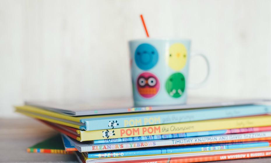 Os livros ou revistas são sempre boas opções. Não escolha pelos seus filhos, deixe que sejam a eles a decidir o que os atrai na livraria e que os irá manter ocupados durante umas horas.