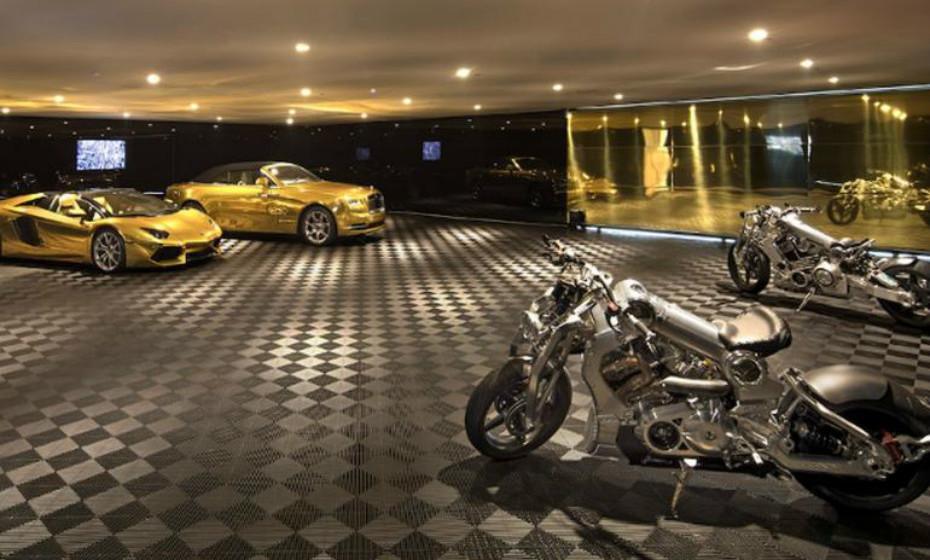 Tem capacidade para dez carros no seu interior.