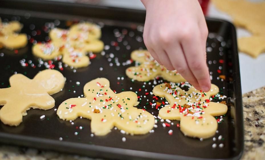 As bolachas estão no topo de alimentos processados a evitar. Estão repletas de ingredientes que não conhece, gorduras, açúcares adicionados, corantes e conservantes. Opte por fazer em casa. Desta forma controla os ingredientes utilizados e pode reduzir o açúcar.
