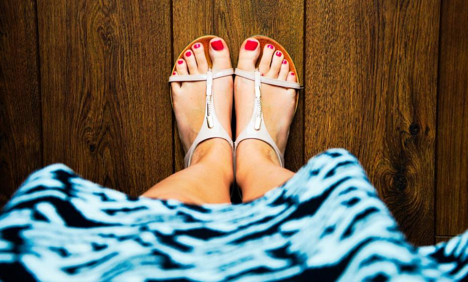 Escolha calçado respirável. Os fungos prosperam em áreas quentes e húmidas, como, por exemplo, em sapatos suados e quentes. Utilize sandálias sempre que possível, e, se tiver de usar meias, escolha aquelas que reduzem a humidade.