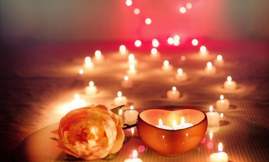 As velas ardentes podem causar reações alérgicas, por isso, evite usá-las. O perfume das velas pode desencadear asma. Considere utilizar velas LED no copo de água.