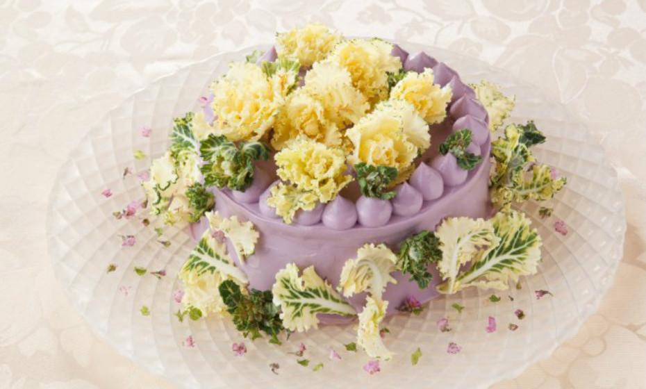 Mitsuki Moriyasu, dona do café 'All Vege Set'e estilista de alimentos, inventou o que ela chama de 'Vegedeco Salad' (legumes decorados) como uma alternativa aos bolos convencionais.