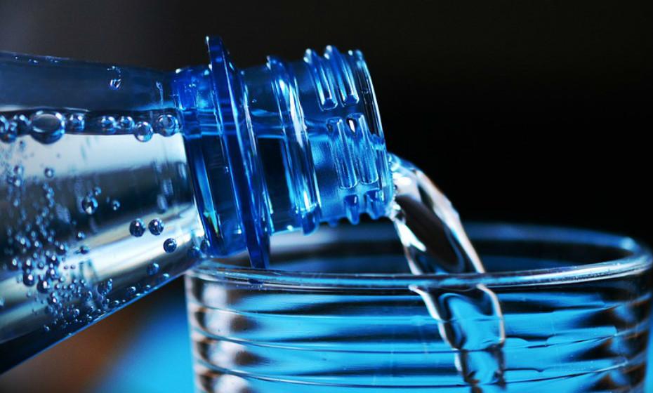 Beber bebidas rica em calorias, como refrigerantes, não enche e dá-lhe calorias extra que não precisa. Beber água antes de uma refeição pode ajudar a saciar mais e a reduzir a probabilidade de comer demais.