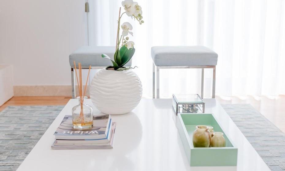 Na mesa de centro coloque uma planta, os seus livros favoritos e as fragrâncias.