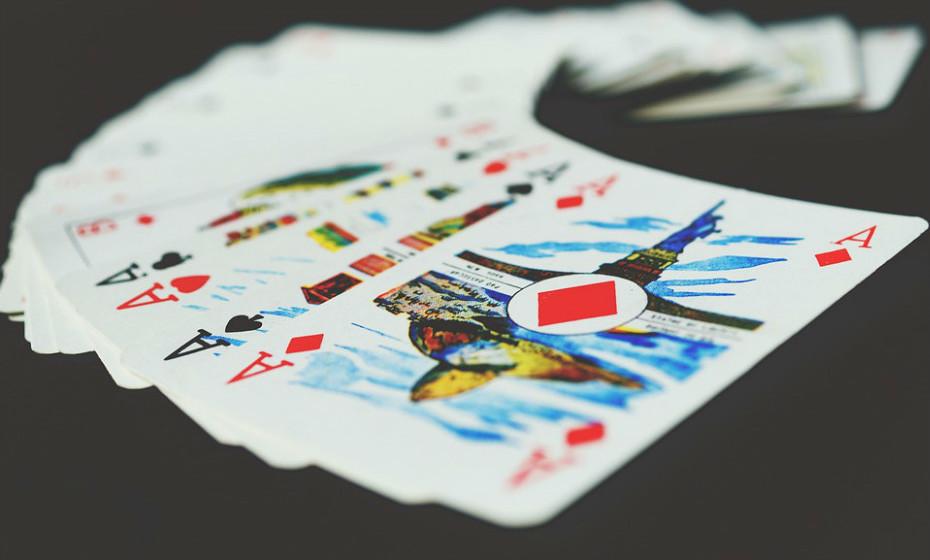 Jogos de cartas são sempre uma opção divertida. São perfeitos para crianças com mais de seis anos e podem envolver a família toda.
