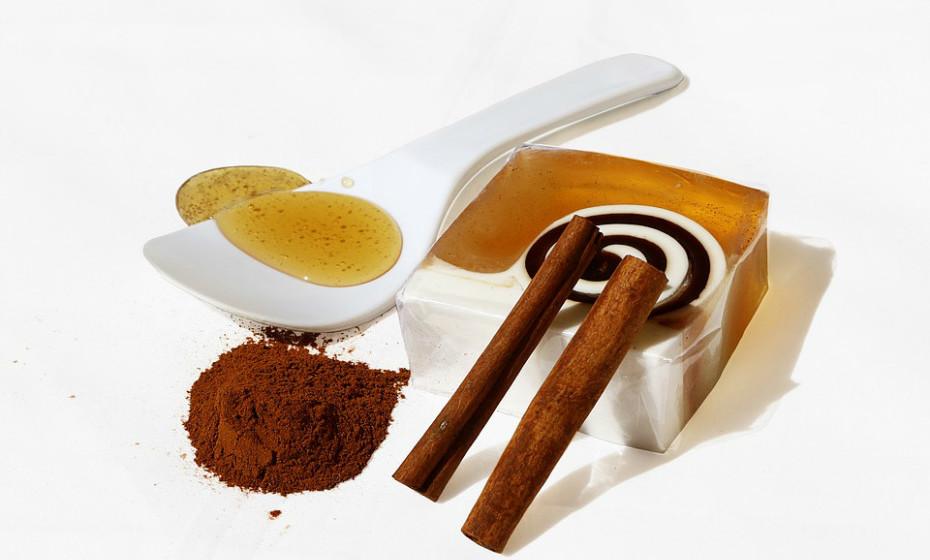 Faça uma máscara de mel e canela. Misture 2 colheres de sopa de mel e 1 colher de chá de canela até formar uma pasta. Limpe o rosto e aplique a máscara e deixe atuar durante 10 a 15 minutos. Depois é só lavar com água e secar gentilmente com uma toalha.