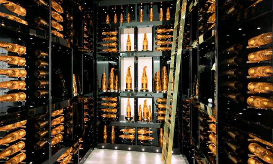 Além disso, tem um cofre de champanhe com 170 garrafas de Cristal Champagne e dois bares completos.