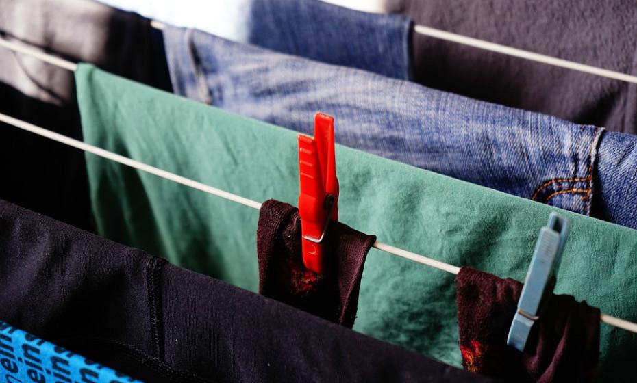 O vestuário de proteção, como calças e mangas compridas, também pode ajudar a prevenir picadas de insetos. Assim como pulverizar roupas, sapatos e equipamentos próprios para acampar com um repelente e inseticida rico em piretrina.
