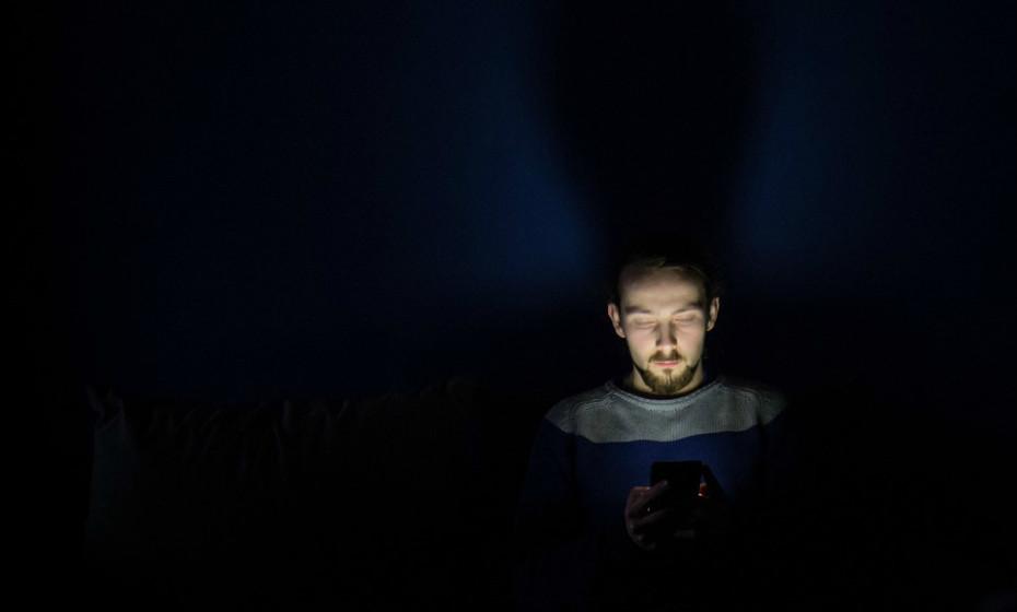 Não esteja tanto tempo agarrado à tecnologia (telemóvel, computador…). Ponha isso de parte pelo menos uma hora antes de se deitar na cama, para evitar a estimulação cerebral e a supressão da melatonina causada pela luz azul que é emanada do ecrã do seu dispositivo. Além disso, carregue os seus dispositivos fora do quarto para não ter distrações.