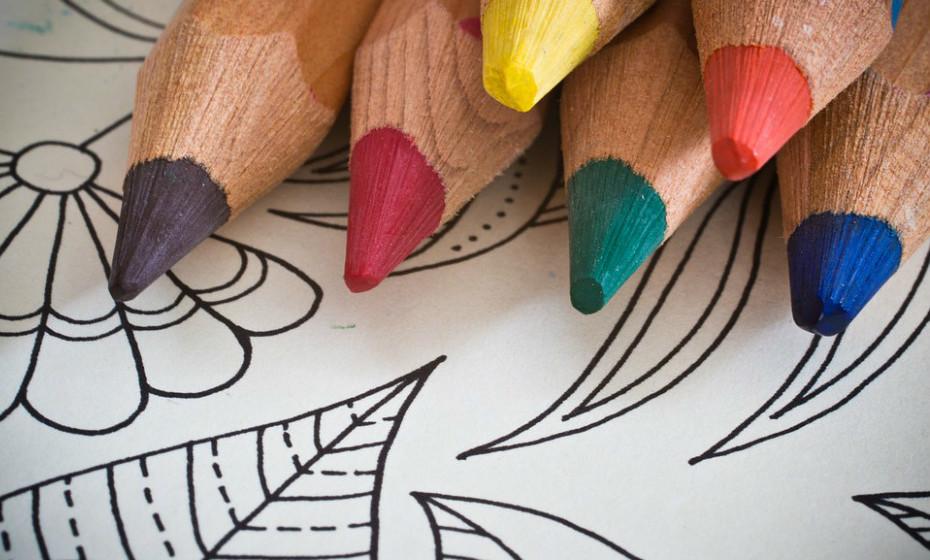 Para crianças entre os 4 e os 12 anos os livros para pintar ou com atividades fáceis e dinâmicas são excelentes. Não leve muitos lápis ou marcadores, opte por cinco ou seis cores.