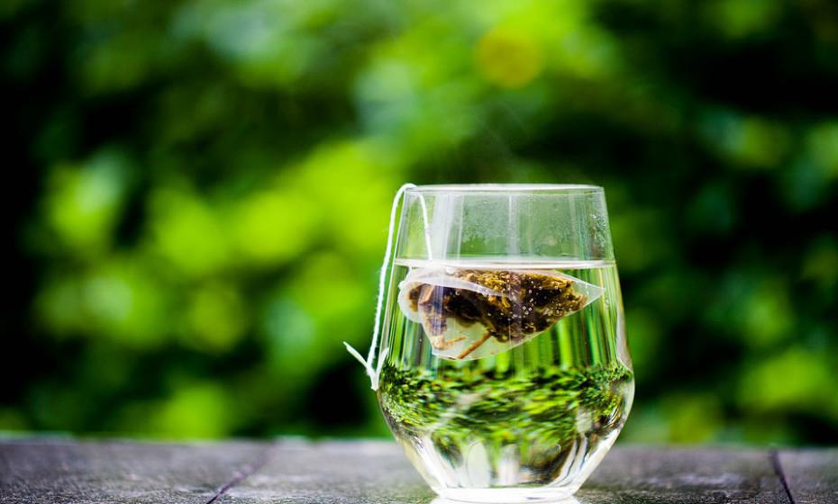 O chá verde é rico em antioxidantes. Não há nenhum estudo que explore os benefícios de beber o chá verde quanto à acne, mas aplicá-lo diretamente na pele tem revelado efeitos positivos. Pode comprar cremes que contenham chá verde, mas também pode fazer o seu tratamento em casa. Basta fazer chá verde como normalmente faria e deixar arrefecer. Com uma bola de algodão aplique o chá no rosto e deixe secar. Depois é só enxaguar com água e secar.