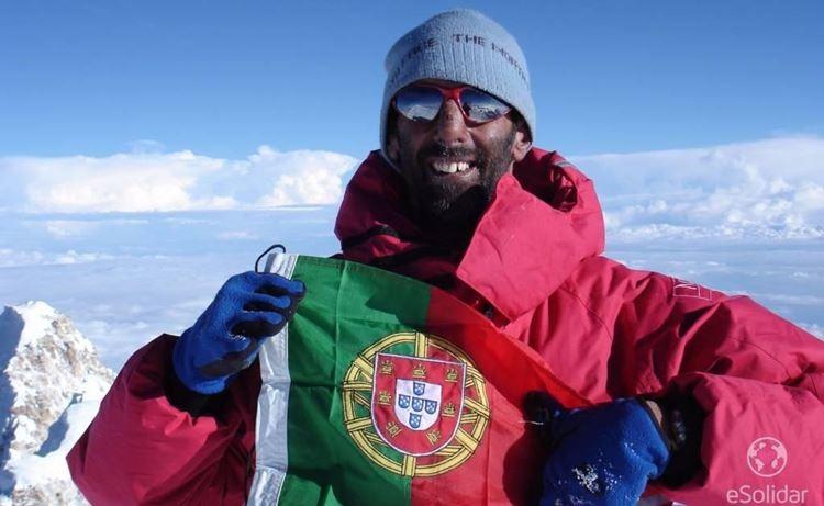 Fato de João Garcia que já subiu a montanha mais difícil do planeta em leilão