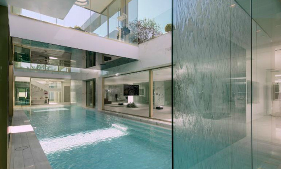 A mansão está equipada com duas piscinas.