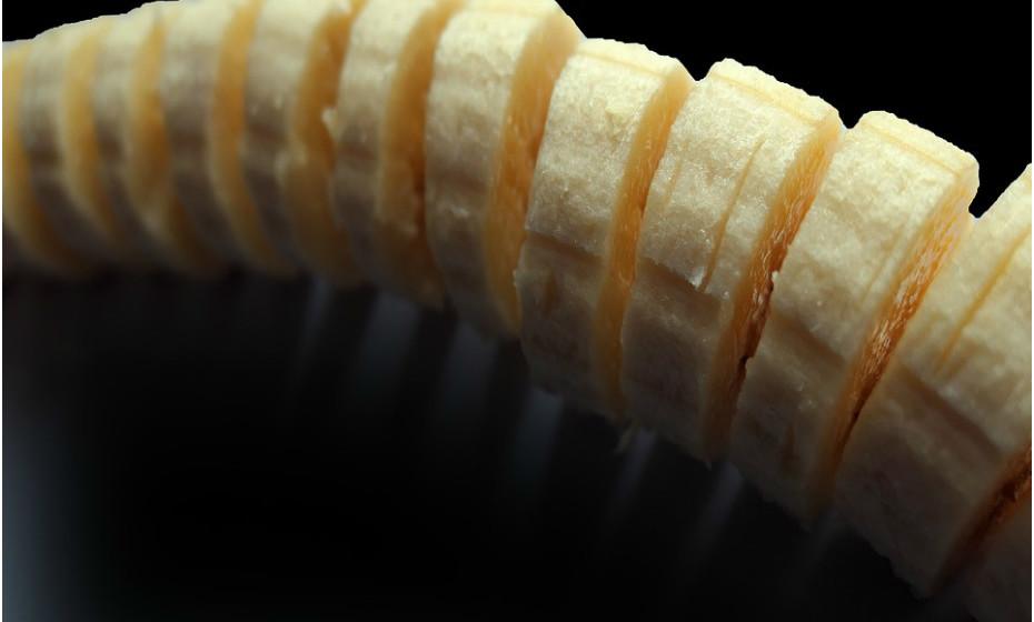 O desejo por gelado pode ser substituído por gelado de banana natural. Congele algumas bananas maduras para momentos como este. Basta misturar bananas congeladas com maduras ou com algum líquido (água, leite vegetal…) num processador de alimentos até que obtenha uma consistência cremosa.