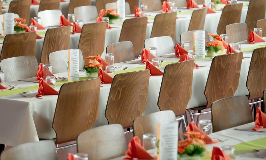 Para saber mais sobre quaisquer alergias alimentares graves entre os convidados, adicione uma linha no convite ou inclua uma seção no seu site de casamento para que os hóspedes possam passar-lhe esta informação tão importante. Os alergénios alimentares mais comuns incluem ovos, leite, nozes, peixe, marisco, trigo e soja.