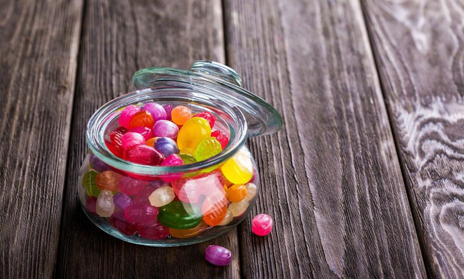 Aspartame é um tipo de adoçante artificial frequentemente adicionado a alimentos e bebidas para torná-los doces com 'sem adição de açúcar' escrito na embalagem. Algumas pessoas queixam-se de dores de cabeça depois de consumir aspartame, mas a maioria dos estudos mostrou um efeito mínimo.