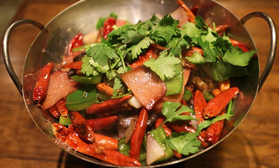 Adicionar pimenta ou piri-piri à comida pode ajudá-la a comer menos. Um composto de pimentas designado capsaicina pode ajudar a reduzir o apetite e a fome.