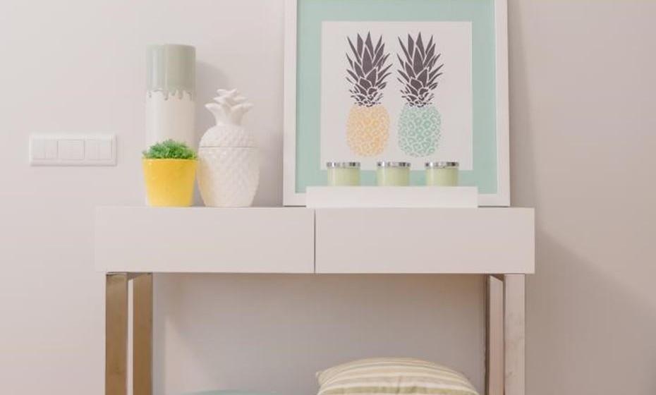 Acrescente acessórios decorativos alegres, quadros com motivos naturais. Os tamboretes são peças que dão um toque preenchido e enriquecem os espaços.