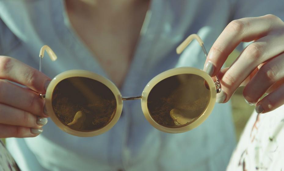 Utilize óculos para proteger os olhos e um chapéu para proteger o rosto. Para o nariz e a boca, a única solução é colocar uma máscara ou optar por se tapar com um lenço.
