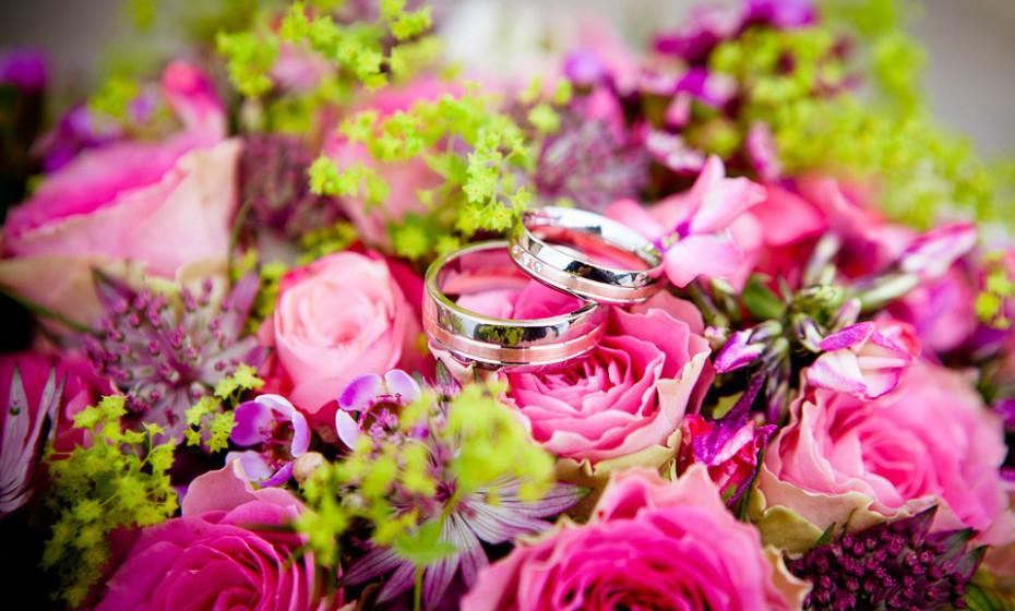 Existem muitas opções de flores bonitas com baixo risco de alergia para usar no seu casamento. A chave é selecionar variedades que produzem pouco a nenhum pólen. As rosas são a escolha mais inteligente neste aspeto. Outras flores favoráveis às alergias incluem as begónias, aquilégia, açafrão, narciso e gerânios.