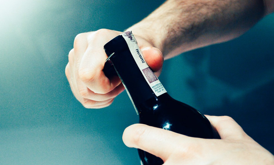 As bebidas alcoólicas são um dos gatilhos mais conhecidos neste tema. Infelizmente, a razão pela qual isto acontece não é muito clara. O vinho tinto parece ser uma das principais bebidas alcoólicas responsável pelas dores de cabeça.