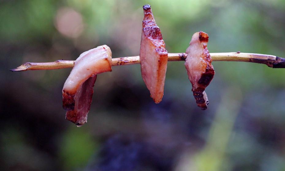 Mortes relacionadas com o consumo de carnes processadas revelaram-se mais altas no sexo masculino. O consumo excessivo de carnes processadas, como bacon, levou a uma estimativa de 8,2% de mortes relacionadas com a alimentação, principalmente doenças cardiovasculares e diabetes.