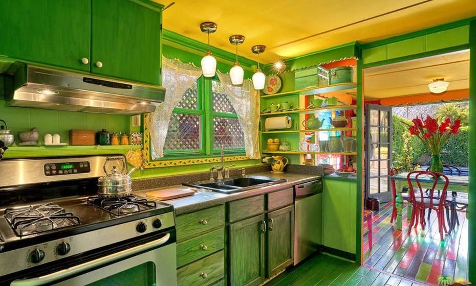 O casal optou por uma cozinha em verde forte.