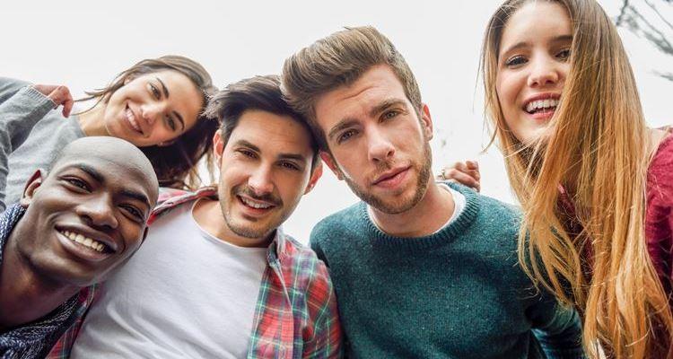Adolescentes assediados sexualmente com maior tendência para sexo casual