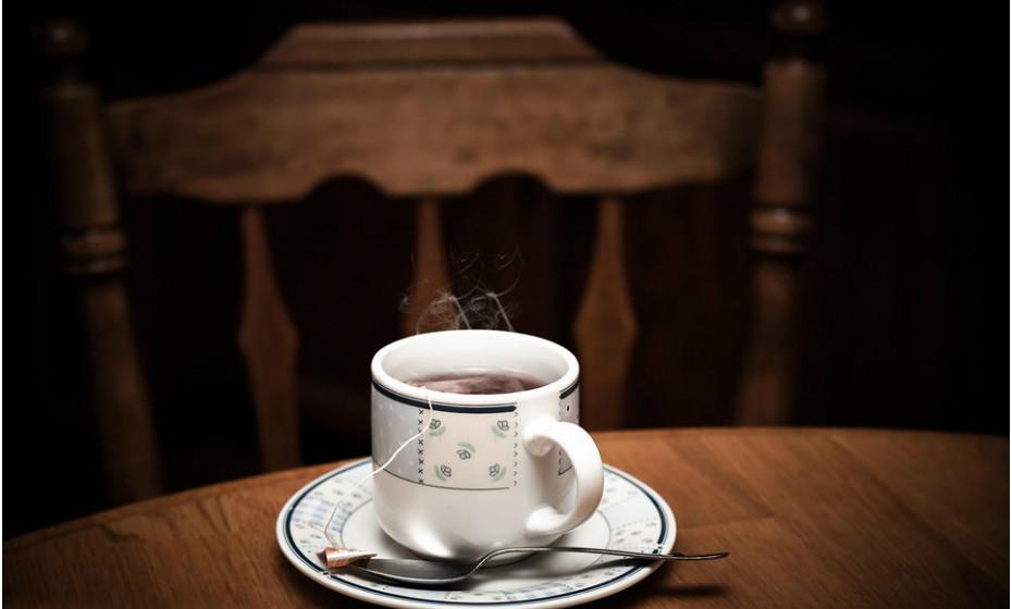 Se está mais atenta à ingestão de calorias faça bebidas quentes com regularidade. Beber um café quente ou chá depois de uma refeição pode ajudar a evitar a tentação de comer sobremesa.