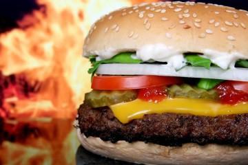 Um estudo realizado nos EUA com mais de 300 mil pessoas relacionou o consumo excessivo de alguns alimentos e a carência de outros com mortes precoces. Veja de seguida.