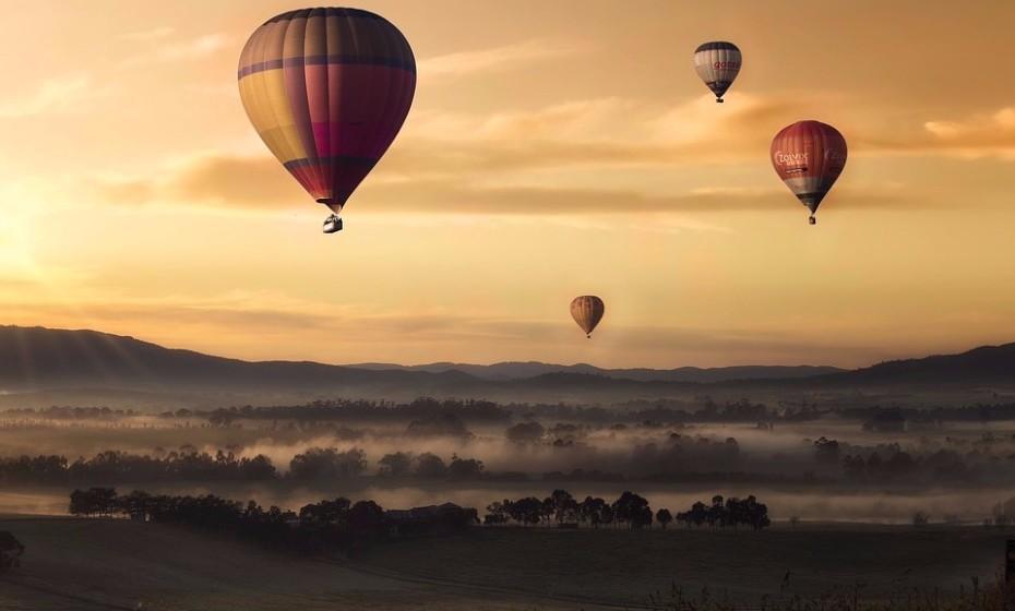 Sempre quis fazer uma viagem de balão e nunca arranjou o pretexto certo? É agora. Vai ser uma experiência nova e certamente uma de que nunca mais se vão esquecer. Na zona de Évora tem como fazer este tipo de viagens.