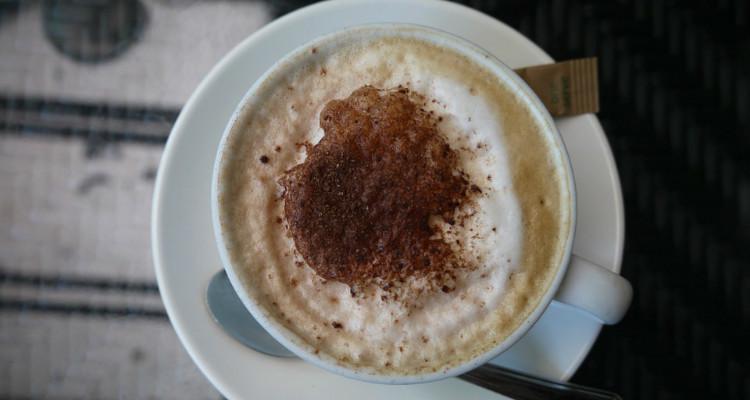 Uma chávena de atenção com chocolate quente, por favor
