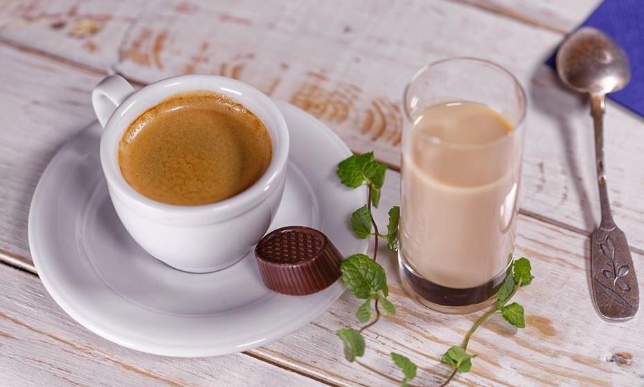 Mancha de café: Lave a peça com água morna e glicerina, insistindo com a glicerina na parte manchada.
