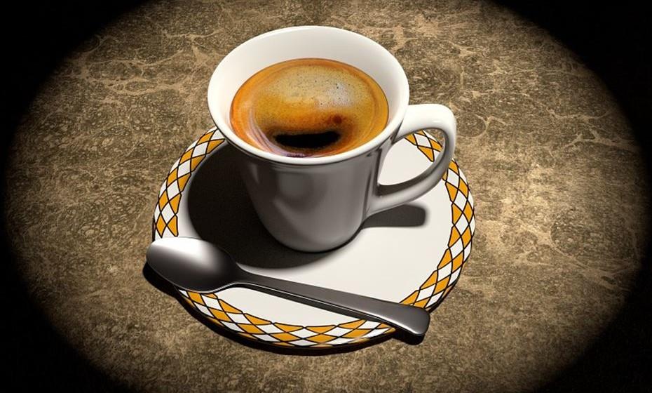 Algumas bebidas, como o café e o álcool,  estimulam a produção de urina.