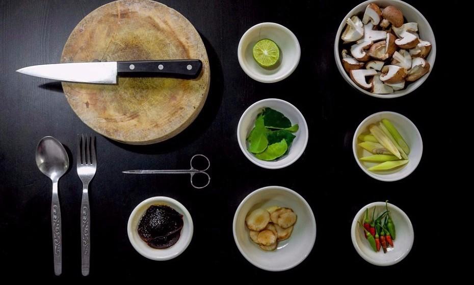 Uma opção mais económica é jantarem em casa, mas preparem a refeição juntos com muita música animada para alegrar o ambiente.