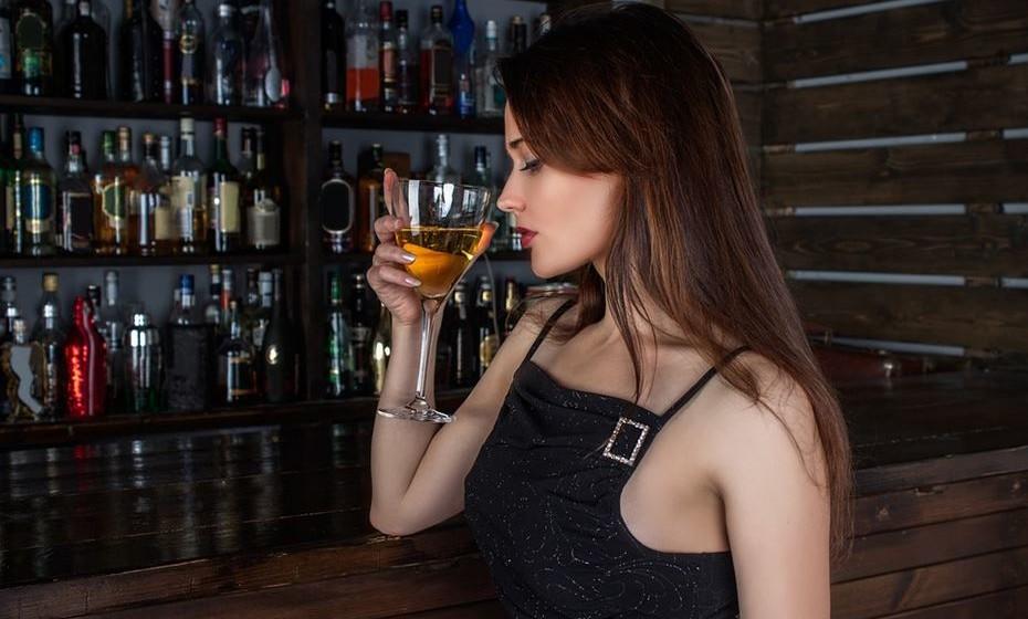 Comportamentos impróprios: Muitas vezes os eventos de trabalho incluem álcool. Mas atenção! Não queira ser o assunto da conversa no dia seguinte pelos piores motivos. Limite-se a beber socialmente. Evite ainda qualquer tipo de envolvimento pessoal com colegas de trabalho ou outras pessoas presentes.