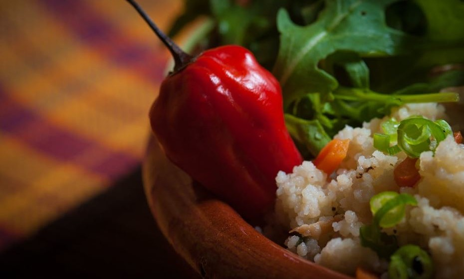 Já ouviu falar em alimentos que aumentam o metabolismo e que, por consequência, ajudam a emagrecer? Chamam-se alimentos termogénicos. Conheça alguns de seguida.