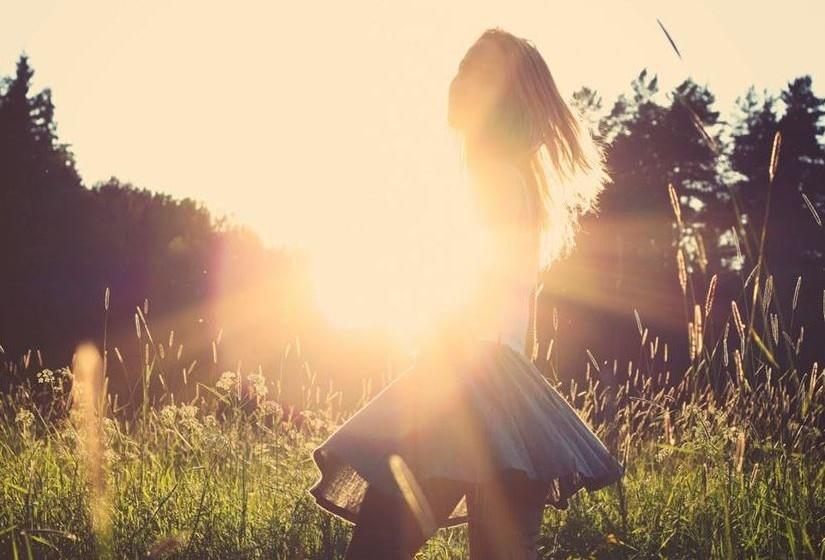 A primeira das razões é o sol. A mudança que se produz com o aumento da luminosidade e da temperatura tem implícita uma alteração no estado de espírito, desajustando a nossa atividade hormonal. Para além disso, a luz estimula a produção de serotonina. Esta situa-ção permite que sejamos mais comunicativos e muito mais recetivos a relações sexuais.