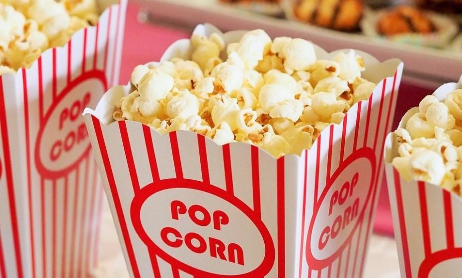 Leve as crianças ao cinema e deixe a escolha do filme ao critério delas. É um programa que agrada a todos e não envolve muita preparação. Além disso, quem resiste a umas boas pipocas?