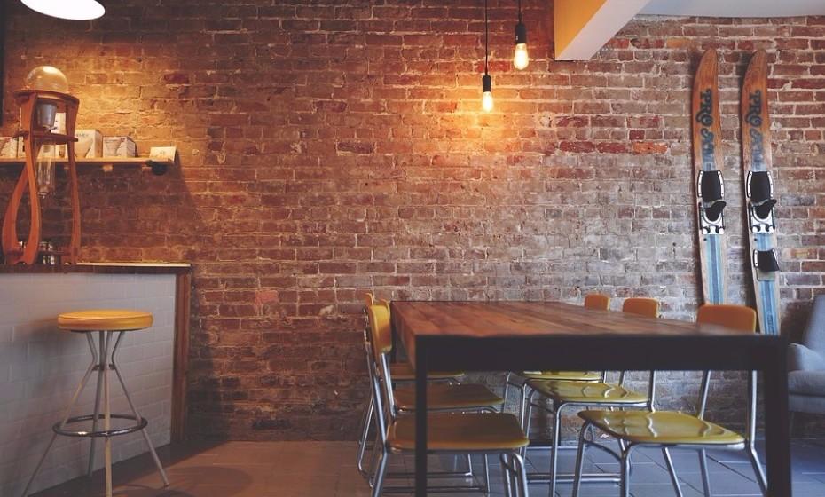 Vão jantar fora. Experimentem aquele restaurante que acabou de abrir na cidade.