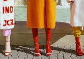 A marca de luxo Gucci quis reinventar as suas icónicas sandálias de tiras e decidiu acrescentares-lhes algo mais: meias de látex.
