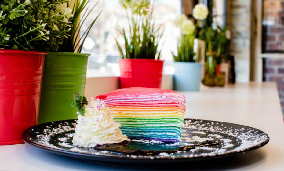 Um bolo em forma de arco-íris, colorido e vibrante.