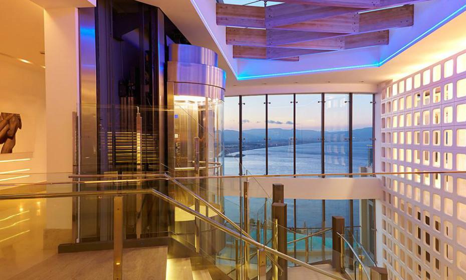 10. Lindos Blue, Grécia – Desfruta de uma villa com piscina privada. Os quartos são extremamente asseados, modernos e têm uma vista linda para o mar. Além disso, tem à disposição um spa luxuoso.