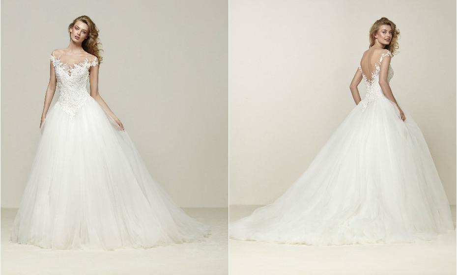 Este é um verdadeiro vestido de princesa, com corte e detalhes românticos. Saia de corte baixo com camadas de tule, aplicações de renda e costas em bico. Na imagem: Drosel.