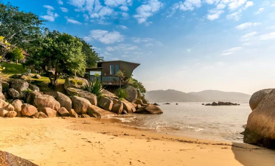 A casa está localizada num belo parque natural, totalmente fechado, em Santa Catarina, no Brasil.