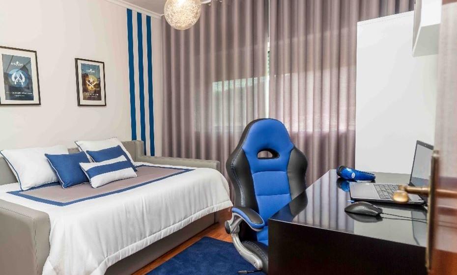 A cama encostada à parede é uma excelente opção quando os quartos são pequenos.