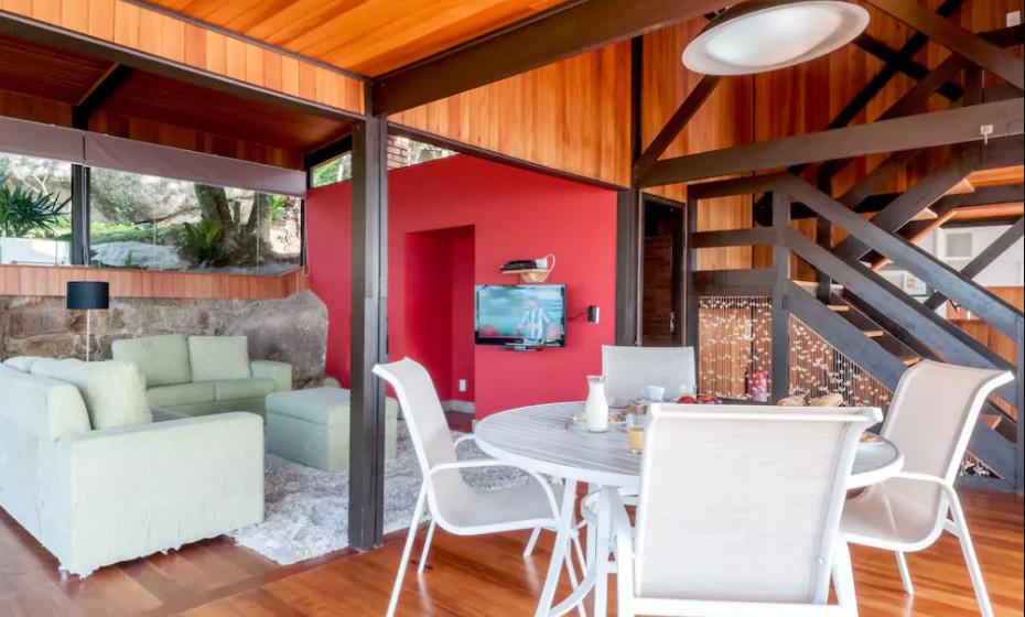 A casa de praia está totalmente equipada para 8 pessoas e tem uma vista panorâmica sobre o mar e vista e acesso direto à praia principal da propriedade.