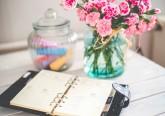 1. Tenha uma agenda - Logo ao acordar, ou antes de dormir, anote tudo o que precisa de ser feito no dia seguinte. Use marcadores coloridos, símbolos ou números para destacar as atividades urgentes e importantes, que devem ser feitas naquele dia.